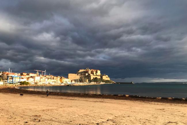 La citadelle de Calvi nuages noirs et lumière du lever de soleil  (Photo Bernard Lorriaux)