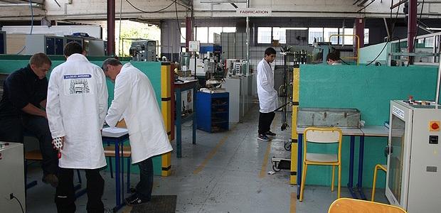 Les élèves de la section Maintenance des Equipements Industriels au travail dans l'atelier accompagnés de leur professeur Henri Danielli. (Photo : Marilyne Santi)