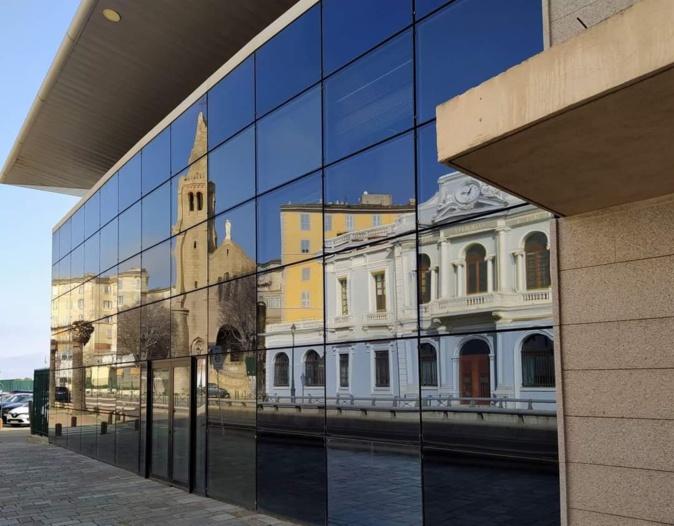 La photo du jour : reflet sur la façade vitrée dans la gare maritime de Bastia