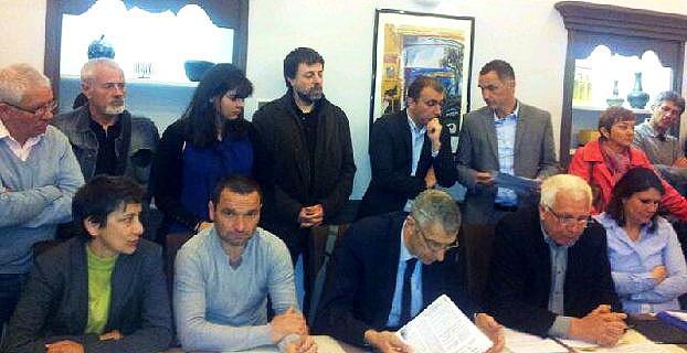 Toutes les composantes de Femu a Corsica et différentes générations de militants réunies autour de Gilles Simeoni et de Jean-Christophe Angelini