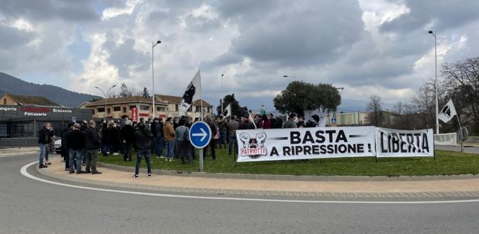 U culletivu Patriotti au rond-point d'Arena-Viscuvatu pour protester contre la situation répressive.