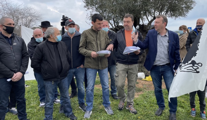 Ghjuvan Filippu Antolini et les membres du culletivu Patriotti entourant Felix Benedetti au au rond-point d'Arena-Viscuvatu.