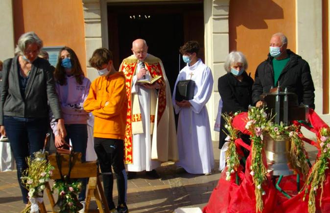 Le Père Piotr Swider bénissant les deux cloches en présence des parrains et marraines