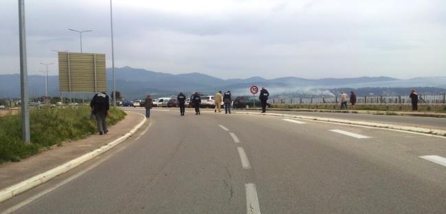 Les policiers à la recherche d'indices sur la route de l'aéroport. (Photos Marilyne Santi)