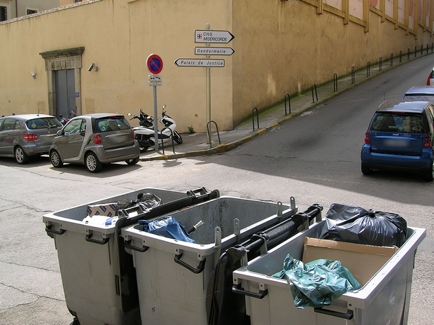 Les containers d'ordures ménagères demeurent le couvercle ouvert en permanence pour le plus grand bonheur des chats et autres goélands, qui éventrent régulièrement les sacs et répandent leur contenu au milieu de la rue de la Pietrina. Les riverains eux, subissent cette saleté et les odeurs nauséabondes qui s'exhalent, surtout à l'approche de l'été et des grosses chaleurs. (Photo : Yannis-Christophe Garcia)