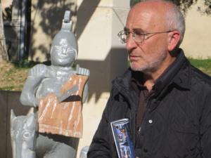 Christian Andreani près de la statue de San Martinu, une oeuvre d'André Truchon de Patrimoniu. Photo Maria Cleia Andreani.