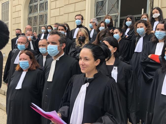 Ce vendredi 12 mars l'ordre des avocats d'Ajaccio a exprimé son soutien à Maître Sollacaro sur les marches du Palais de Justice (photo Michel Luccioni)