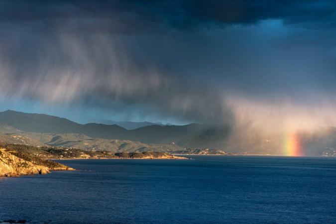 Dernière bataille entre l'hiver et le printemps dans le Golfe de Sagone  (photo prise de Cargèse) - Photo Jena Claude Camus
