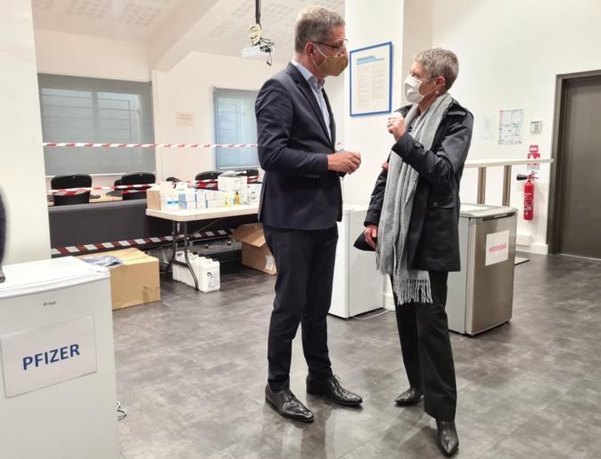 Le maire de Bastia Pierre Savelli a présenté le grand centre de vaccination de Lupinu à Marie-Hélène Lecenne, directrice de l'ARS de Corse. Crédits Photo : Pierre-Manuel Pescetti