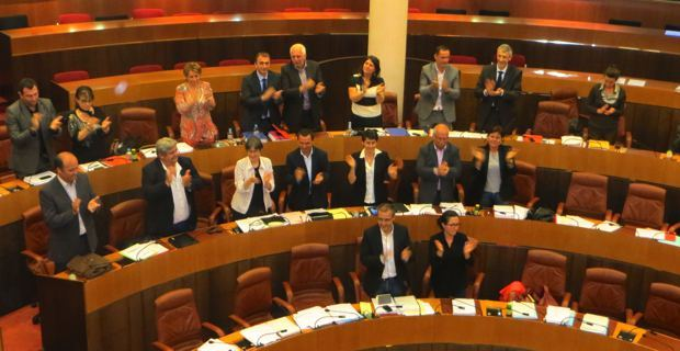 Les élus nationalistes à l'annonce du vote du statut de  coofficialité de la langue corse.