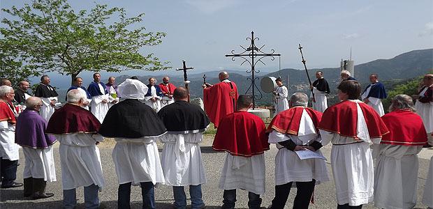 Le moment de la bénédiction aux quatre points cardinaux autour de la croix.