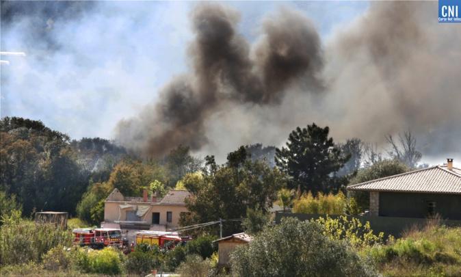 Un feu de végétation s'est déclaré dans le secteur de la Rocade, à Ajaccio. Photo : Michel Luccioni