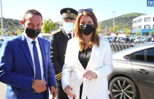 Le maire Alexandre Sarrola et la ministre Marlène Schiappa devant le centre de vaccination de Baleone. Photo : Michel Luccioni