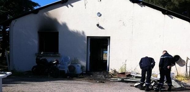 L'attentat qui s'est produit dans la nuit de samedi à dimanche et qui visait les locaux du GIR d'Ajaccio n'a fait aucun bléssé. Pour l'heure, aucune revendication n'a été effectuée. (Photo : France3 Corsica Via Stella)