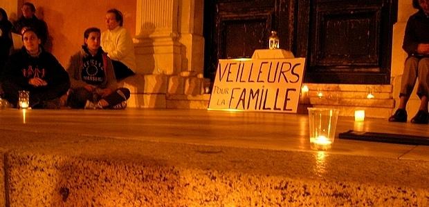 """C'est dans le cadre d'une veillée méditative et pacifiste que le mouvement spontané des """"Veilleurs Corses"""" a rassemblé environ 60 personnes à Ajaccio pour protester contre l'adoption très récente de la loi Taubira.      (Photo : Yannis-Christophe Garcia)"""