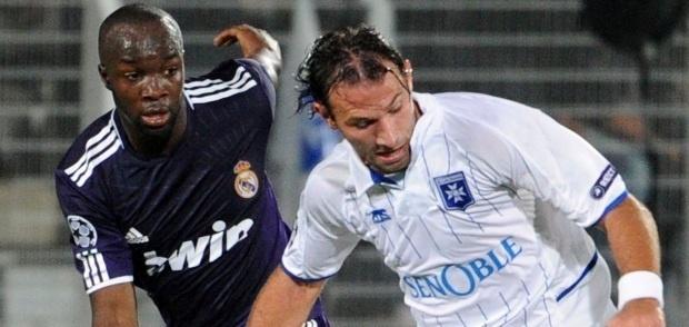 Cédric Hengbart, ici face au Real Madrid en 2010 dans la phase de poule de Ligue des Champions, quitte l'AJA avec les honneurs, pour rejoindre Aiacciu.