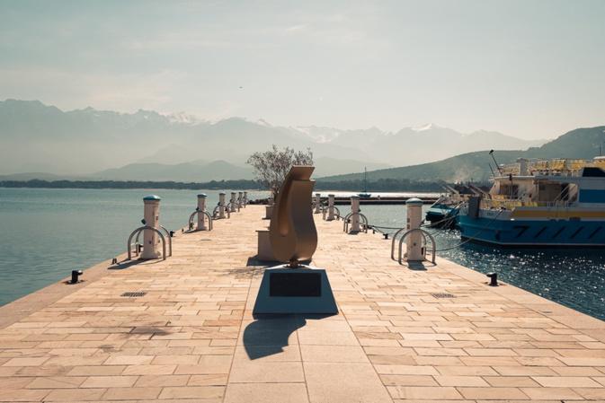 Le quai d'honneur avec la stèle du port da plaisance de Calvi (photo Eyefinity Prod/Kevin Guizol)