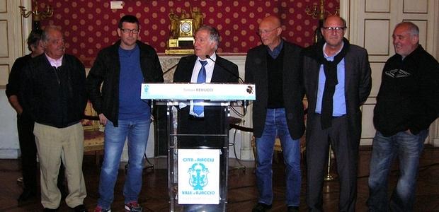 Les champions de la pétanque Corse et le Président du Comité départemental Patrick Borelli, ont été distingués par le maire d'Ajaccio Simon Renucci, lors d'une cérémonie qui a eu mercredi soir à la Mairie. (Photo : Yannis-Christophe Garcia)