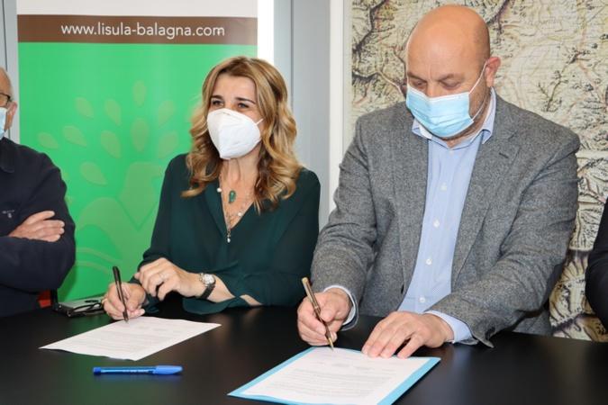 Signature de la convention par Angèle Bastiani Maire de Lisula et Lionel Mortini, Président de l'Interco Lisula Balagna