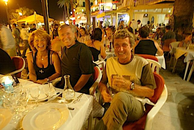 Détente sur le port de Calvi pour Yves Renier entouré de veronique Genest et de Jean-Louis Cap (Photo Gilbert Guizol)