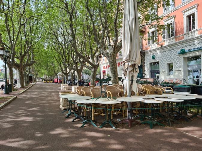 Sur la place Saint-Nicolas, les tables et les chaises devraient bientôt recevoir de nouveau la clientèle dès le 17 mai. Crédits Photo : Pierre-Manuel Pescetti