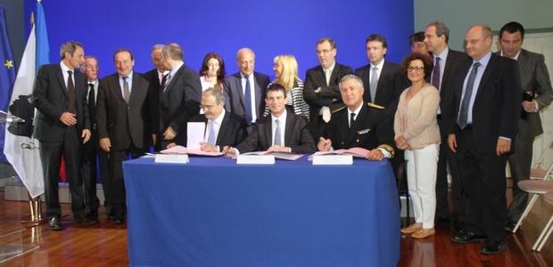Le ministre Manuel Valls, le Président de l'exécutif Paul Giacobbi, le Préfet de Corse Patrick Strzoda et l'assemblée, lors de la signature de la 3è tranche du PEI, mardi matin à la Collectivité Territoriale de Corse. (Photo : Marilyne Santi)