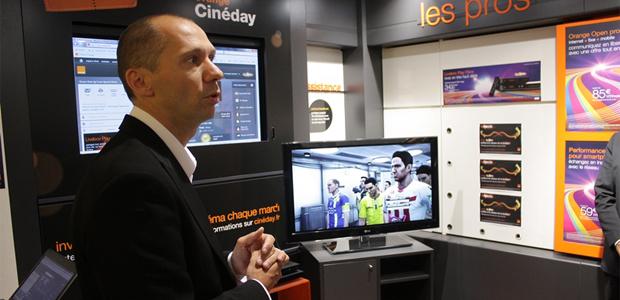 François Munch, responsable boutique Orange d'Ajaccio, réalisant une démonstration de TV Haute définition
