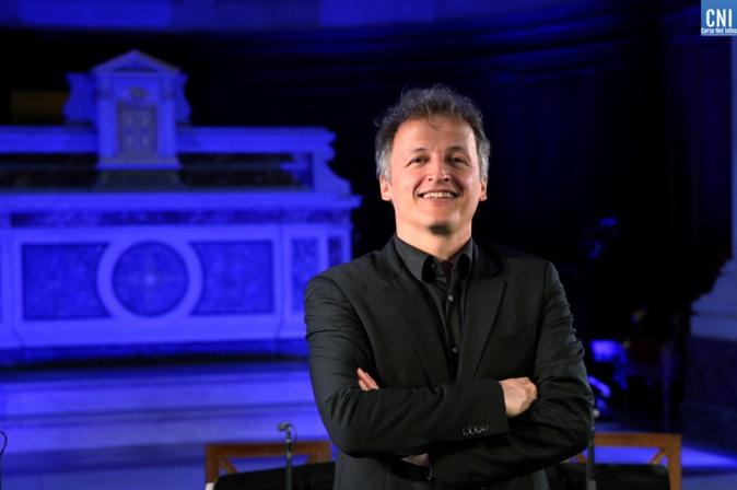 Jean-Christophe Spinosi, en pleine répétition dans la chapelle impériale d'Ajaccio. Crédits Photo : Michel Luccioni