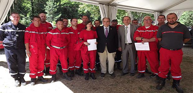 Les réservistes communaux recevant en 2012 leurs diplômes de secourisme en présence des autorités civiles à Venaco.