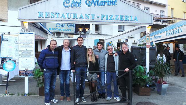 """Julie et Denis au centre sur notre photo lors d'un récent passage au restaurant """"Côté Marine"""" sur le Vieux-Port de Bastia"""