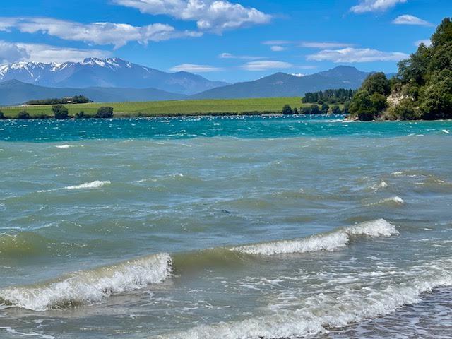 Une vue sur l'étang de Diane à Aleria avec au fond les vignes et la montagne. (Eliabel Tramoni)