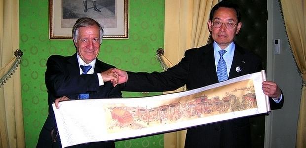 Le ministre et conseiller culturel auprès de l'ambassade de la République Populaire de Chine M. Lu Jun et le maire d'Ajaccio Simon Renucci, lors de la cérémonie de réception lundi. (Photo Yannis-Christophe Garcia)
