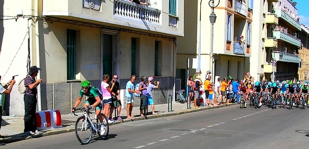 C'est aux alentours de 17 heures que le premier coureur et le peloton ont déboulé dans la cité impériale. (Photo : Yannis-Christophe Garcia)