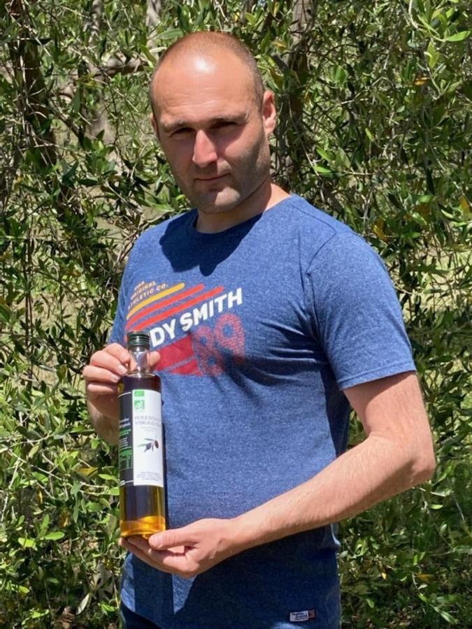Félicien Luciani et son huile d'olive au cœur de son exploitation : le domaine de Petricajola. (Photo Félicien Luciani)