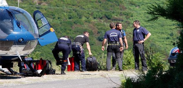 """Les """"montagnards"""" de la gendarmerie ont exploré le ravin où est tombé l voiture à la recherche d'indices"""
