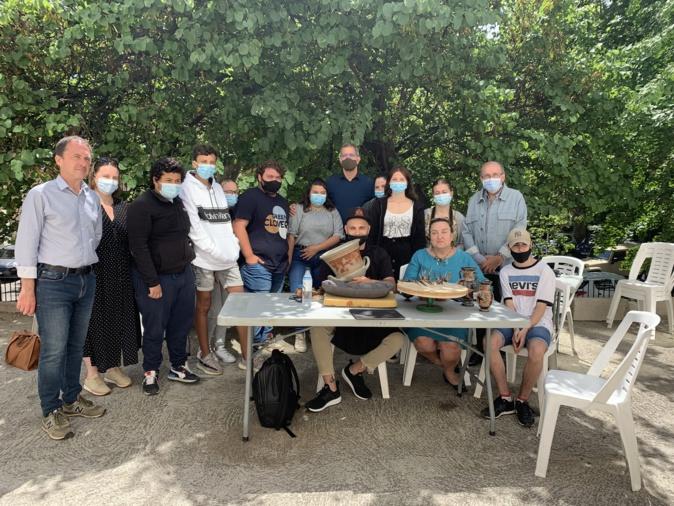 Roberto Paolini avec les partenaires du projet lors de la réalisation du cratère.