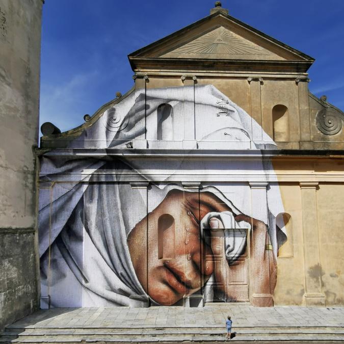- La « mater dolorosa » est un collage monumental de 250 m2 réalisé par Julien de Casabianca sur l'église de Luri.