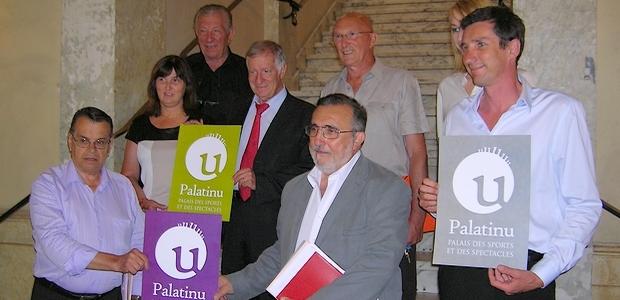 L'équipe municipale et le conseil d'administration du Palatinu, réunis lundi autour du maire Simon Renucci. (Photo : Yannis-Christophe Garcia)