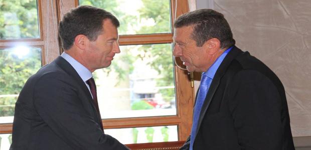 Antoine Mondoloni félicité par le préfet de région.