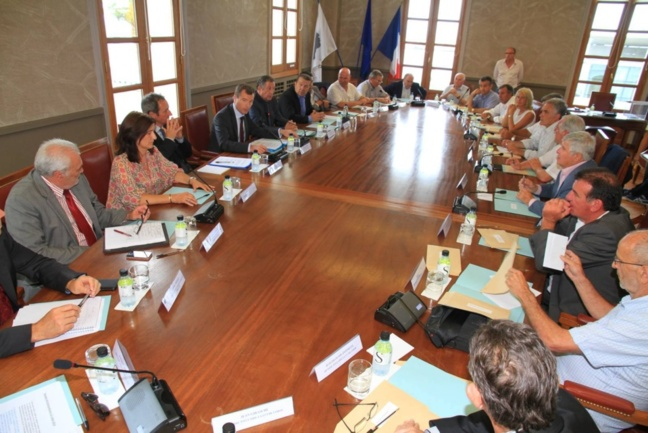 Pendant les travaux de la chambre régionale de commerce.