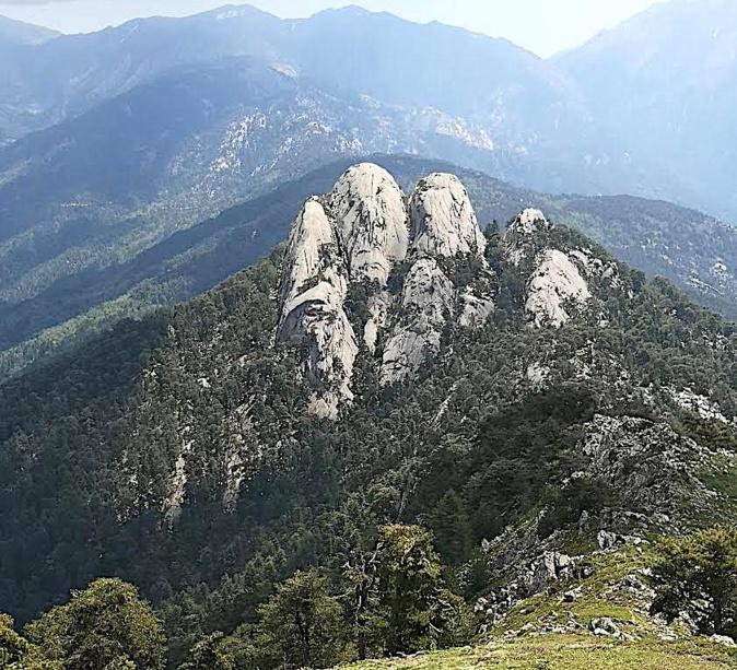"""Les """"Tre cime di Tretorre"""", pains de sucre en syénite, vus depuis Monte Cervellu. (Stephanie Ingram)"""