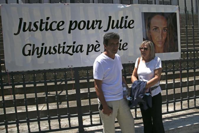 Les parents de Julie Douib devant le palais de justice de Bastia (/ AFP / Pascal POCHARD-CASABIANCA)
