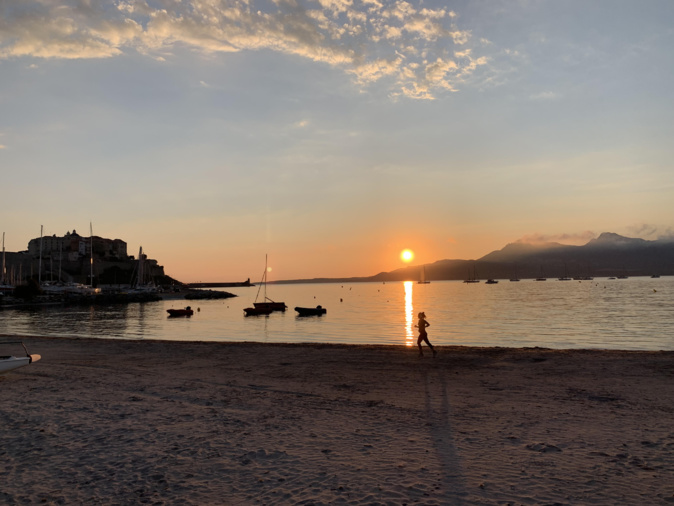 La photo du jour : balade matinale sur la plage de Calvi