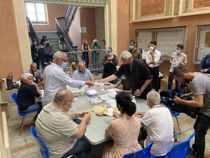 Le dépouillement au bureau centralisateur d'Ajaccio. Photo Michel Luccioni