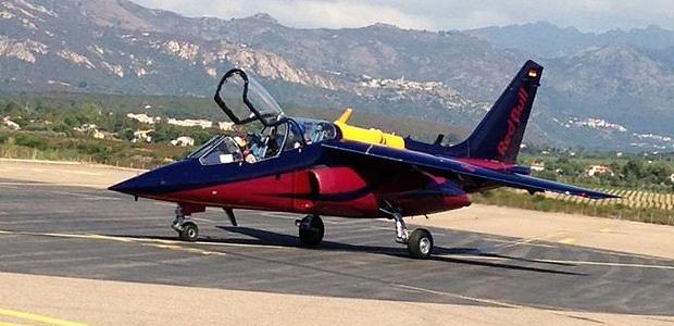 Escale calvaise pour l'Alpha Jet de Redbull