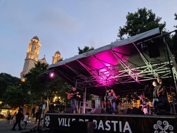 Le groupe Balagna a donné le tempo sur la place du marché. Crédits Photo : Pierre-Manuel Pescetti