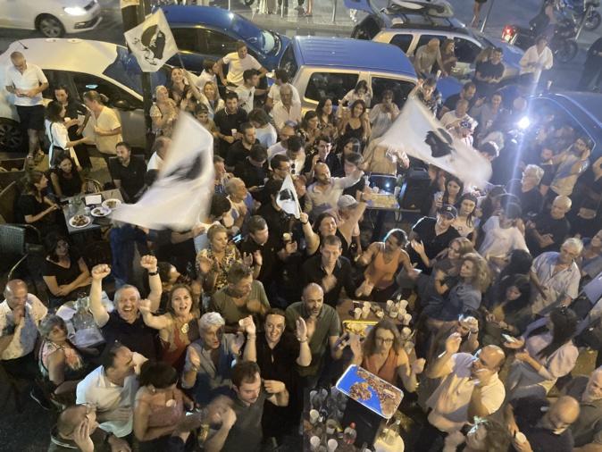 Scène de liesse devant la permanence de Gilles Simeoni à Ajaccio. Photos : Michel Luccioni