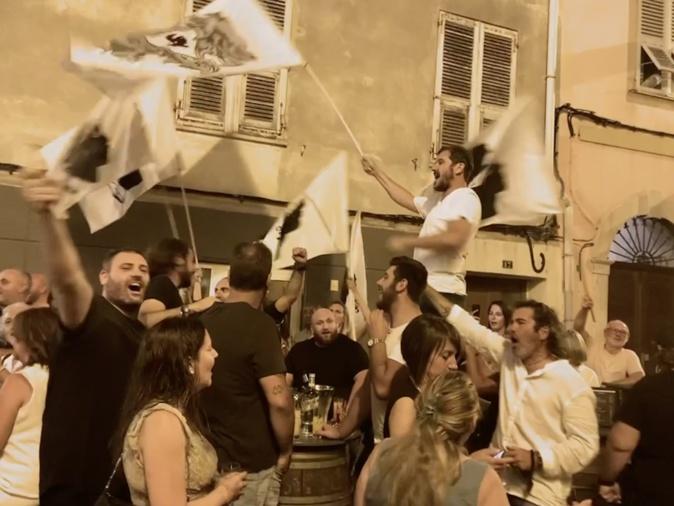 Les militants de Core in Fronte fête leur score dans un bar ajaccien.