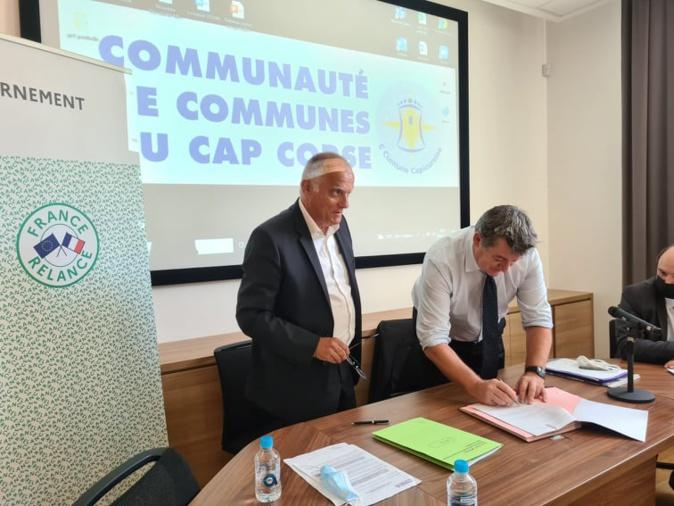 Patrick Sanguinetti, président de la communauté de communes du Cap Corse à gauche et le préfet de Haute-Corse François Ravier ont apposé leur signature sur le CRTE ce lundi 28 juin 2021. Crédits Photo : Pierre-Manuel Pescetti