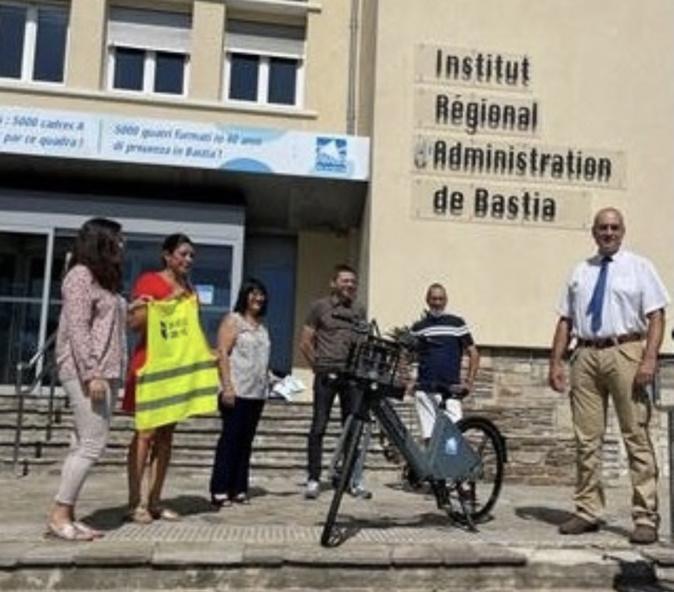 Les élèves de l'IRA, Françoise Lippini, Pierre-Jean Orsini et Gérard Clerissi ont présenté ce vélo électrique.